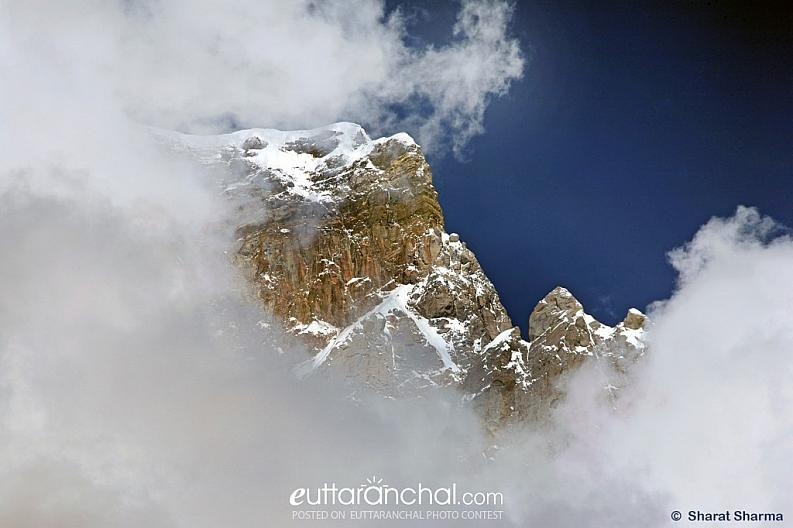 View of the Kedar peak surrounded by clouds.