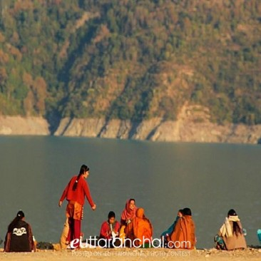 womens waiting at Bhagirathi River